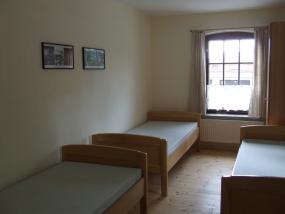 Schlafraum mit drei Betten