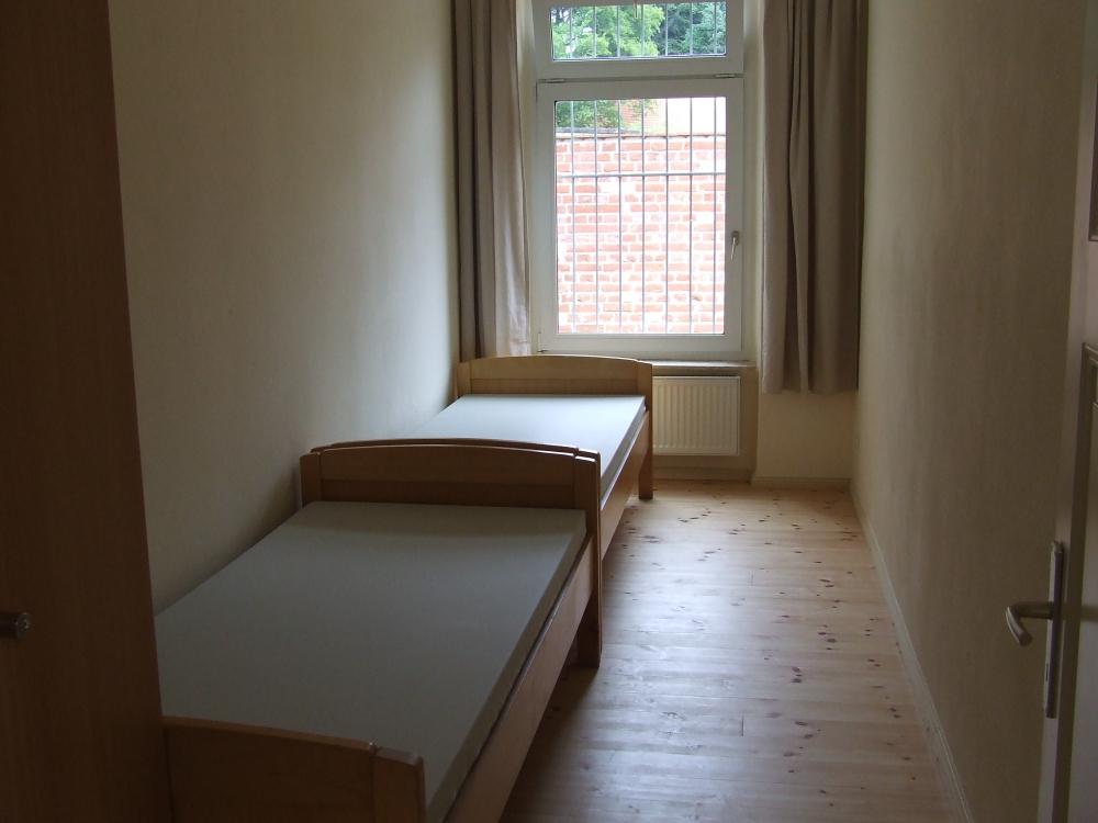 Schmaler Schlafraum mit zwei Betten